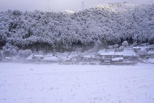 京都府南丹市 かやぶきの里雪景色の写真素材 [FYI04767323]