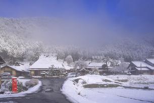 京都府南丹市 かやぶきの里雪景色の写真素材 [FYI04767329]