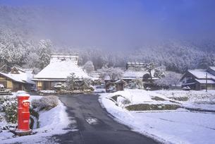 京都府南丹市 かやぶきの里雪景色の写真素材 [FYI04767331]