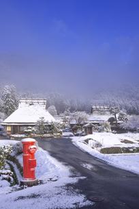京都府南丹市 かやぶきの里雪景色の写真素材 [FYI04767332]