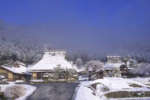 京都府南丹市 かやぶきの里雪景色の写真素材 [FYI04767333]