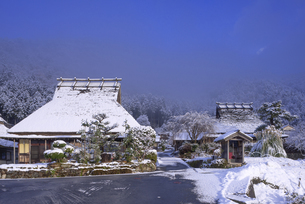 京都府南丹市 かやぶきの里雪景色の写真素材 [FYI04767334]