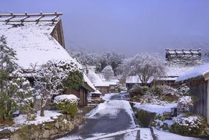 京都府南丹市 かやぶきの里雪景色の写真素材 [FYI04767335]