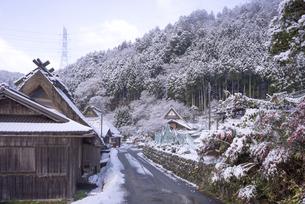 京都府南丹市 かやぶきの里雪景色の写真素材 [FYI04767337]