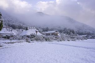 京都府南丹市 かやぶきの里雪景色の写真素材 [FYI04767338]