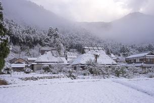京都府南丹市 かやぶきの里雪景色の写真素材 [FYI04767339]