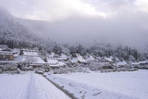 京都府南丹市 かやぶきの里雪景色の写真素材 [FYI04767340]