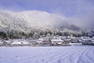 京都府南丹市 かやぶきの里雪景色の写真素材 [FYI04767344]