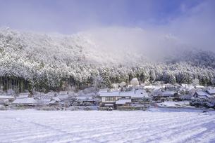 京都府南丹市 かやぶきの里雪景色の写真素材 [FYI04767345]