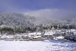 京都府南丹市 かやぶきの里雪景色の写真素材 [FYI04767349]