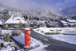 京都府南丹市 かやぶきの里雪景色の写真素材 [FYI04767350]