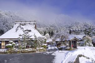 京都府南丹市 かやぶきの里雪景色の写真素材 [FYI04767351]