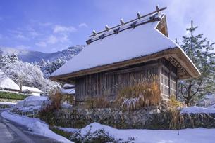 京都府南丹市 かやぶきの里雪景色の写真素材 [FYI04767352]