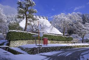 京都府南丹市 かやぶきの里雪景色の写真素材 [FYI04767353]