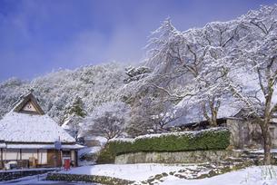 京都府南丹市 かやぶきの里雪景色の写真素材 [FYI04767354]