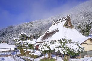 京都府南丹市 かやぶきの里雪景色の写真素材 [FYI04767355]