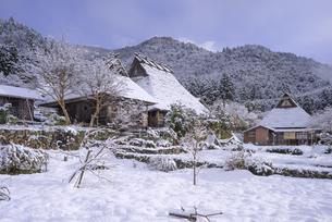 京都府南丹市 かやぶきの里雪景色の写真素材 [FYI04767361]