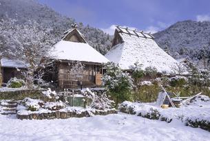 京都府南丹市 かやぶきの里雪景色の写真素材 [FYI04767362]