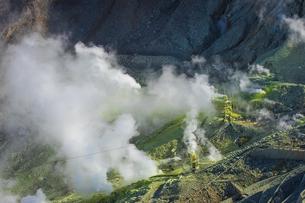 噴煙を上げる大涌谷の写真素材 [FYI04767491]