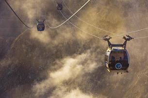 大涌谷の噴煙と箱根ロープウェイの写真素材 [FYI04767499]