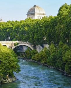 青空に映えるテヴェレ川の朝 パラティーノ橋からティベリナ島に架かるファブリキウス橋の写真素材 [FYI04767560]