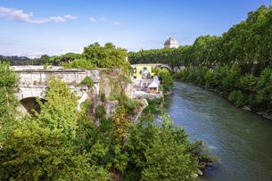 青空に映えるテヴェレ川の朝 パラティーノ橋からティベリナ島に架かるファブリキウス橋の写真素材 [FYI04767562]