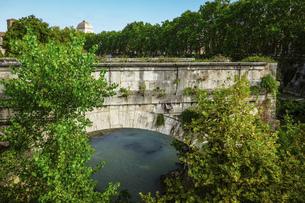 テベレ川に架かるローマ最古の石橋 ロット橋ことアエミリウス橋 (パラティーノ橋から)の写真素材 [FYI04767565]
