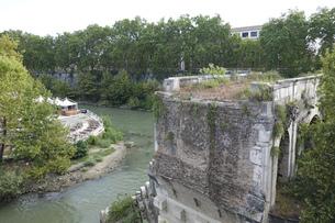 テベレ川に架かるローマ最古の石橋 ロット橋ことアエミリウス橋 (パラティーノ橋から)の写真素材 [FYI04767567]