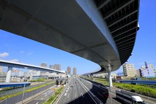 宙を馳ける高速道路の写真素材 [FYI04767584]