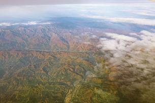 紅葉シーズンの月山湖を空撮の写真素材 [FYI04767703]