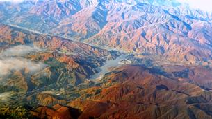 紅葉シーズンの月山湖を空撮の写真素材 [FYI04767704]