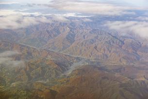 紅葉シーズンの月山湖を空撮の写真素材 [FYI04767705]