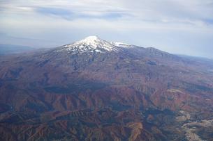 紅葉シーズンの鳥海山を空撮の写真素材 [FYI04767708]