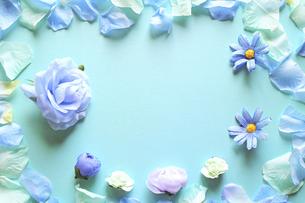 青を基調とした造花と背景。中央空きのコピースペース。花のフレーム。平置きの俯瞰撮影。の写真素材 [FYI04767742]