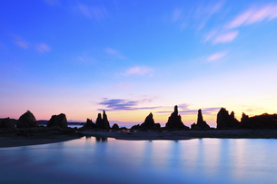 夜明けの橋杭岩の写真素材 [FYI04767992]