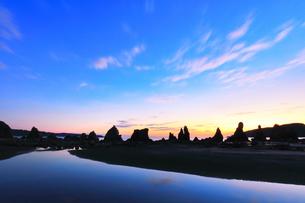 夜明けの橋杭岩の写真素材 [FYI04767993]