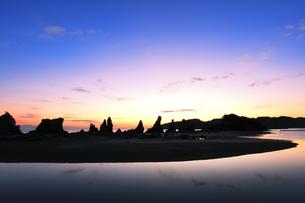 夜明けの橋杭岩の写真素材 [FYI04767994]