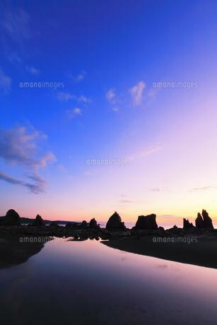 夜明けの橋杭岩の写真素材 [FYI04767995]