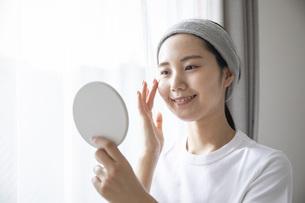 部屋でスキンケアをする若い日本人の女性の写真素材 [FYI04768058]