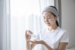 部屋でスキンケアをする若い日本人の女性の写真素材 [FYI04768059]