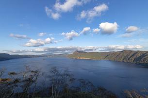 北海道 摩周湖の夕方の風景の写真素材 [FYI04768147]