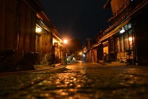 夜の京都。二年坂を降りた先に待っている無人の道の写真素材 [FYI04768239]