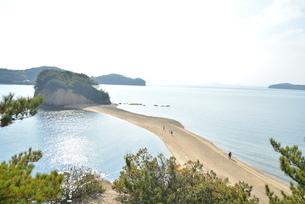 干潮の日の小豆島エンジェルロードの写真素材 [FYI04768242]
