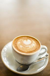 カフェでカプチーノを飲むの写真素材 [FYI04768461]