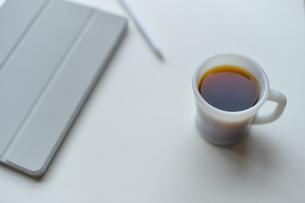 リモートワーク用シンプルな写真、コーヒーとタブレットの写真素材 [FYI04768472]