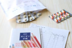 お薬手帳と処方薬の写真素材 [FYI04768498]
