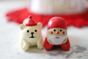 サンタクロースとクマの置物の写真素材 [FYI04768522]