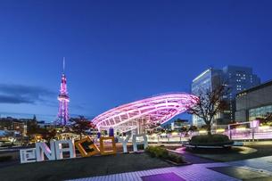 ライトアップされた水の宇宙船と名古屋テレビ塔夕景の写真素材 [FYI04768543]