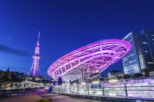 ライトアップされた水の宇宙船と名古屋テレビ塔の写真素材 [FYI04768544]