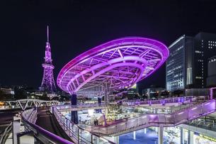 ライトアップされた水の宇宙船と名古屋テレビ塔の写真素材 [FYI04768545]